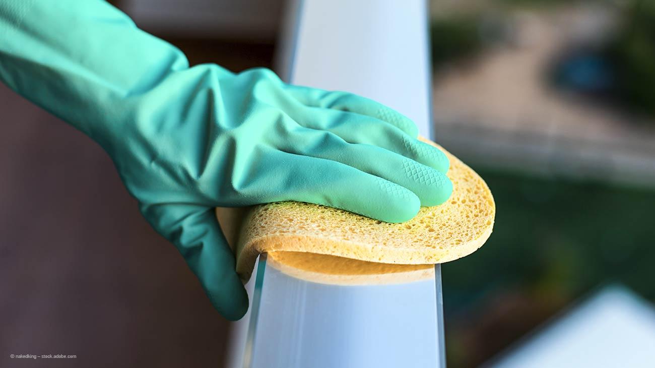 Leichte Rostflecken mit Schwamm entfernen