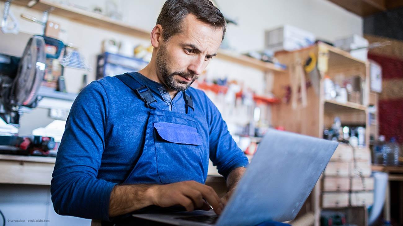 Handwerker bestellt Stahlprofile online